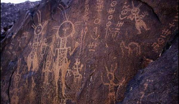 L'écriture tifinagh gravée sur les pierres du Sahara depuis la nuit des temps.