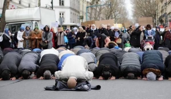 Une prière dans la rue pour protester contre la fermeture de la mosquée.