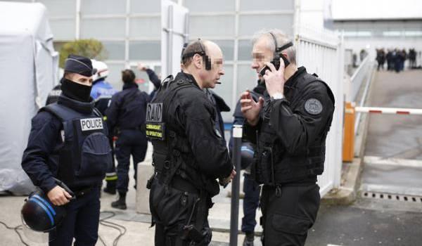 Des officiers du Raid en intervention à Orly.