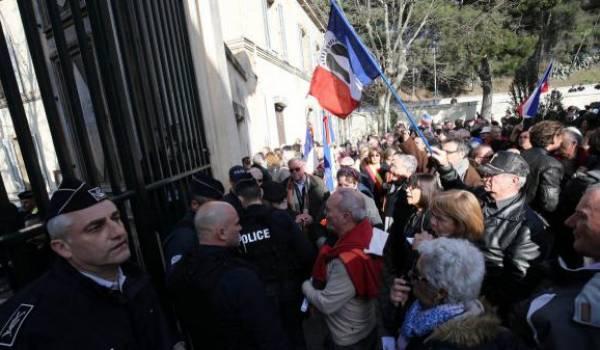 Une association de pieds-noirs porte plainte contre Macron!