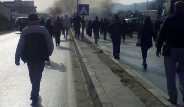 Les automobilistes sont bloqués par les protestataires.