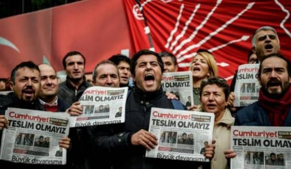 Des responsables du journal Cumhuriyet risquent jusqu'à 43 ans de prison.