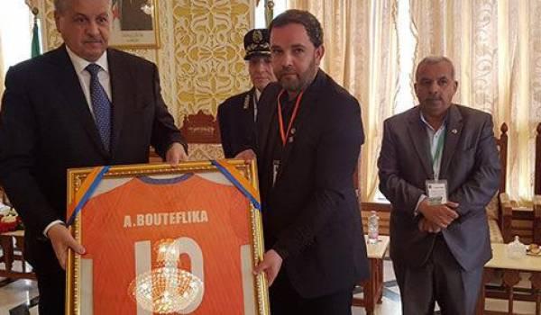 Sellal reçoit le cadeau offert au Président Bouteflika de l'équipe locale l'Olympique de Médea .