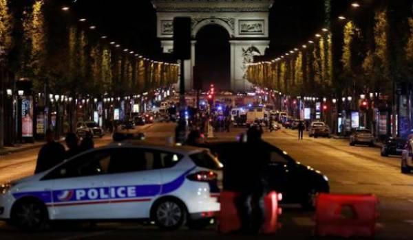 Des policiers sur l'avenue des Champs Elysées.