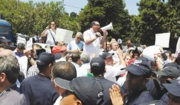 Les mouvements de protestation syndicale sont systématiquement interdits et réprimés par la force publique.