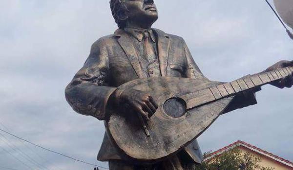 Une statue qui ne ressemble nullement à Matoub Lounes.