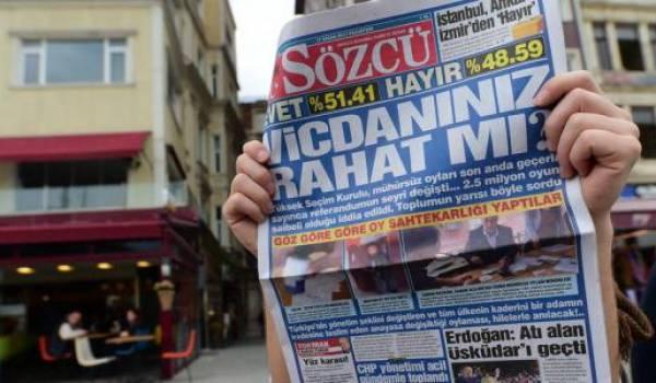 """Le propriétaire et d'autres responsables du journal d'opposition """"Sozcu"""" pourchassés par Erdogan"""