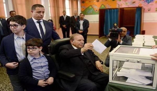 Abdelaziz Bouteflika ce matin au bureau de vote. Photo APS.