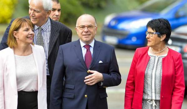 Bernard Cazeneuve avec des élus PS au cours de son déplacement au Mans mercredi (Ouest de la France). Crédit photo : François Navarro.