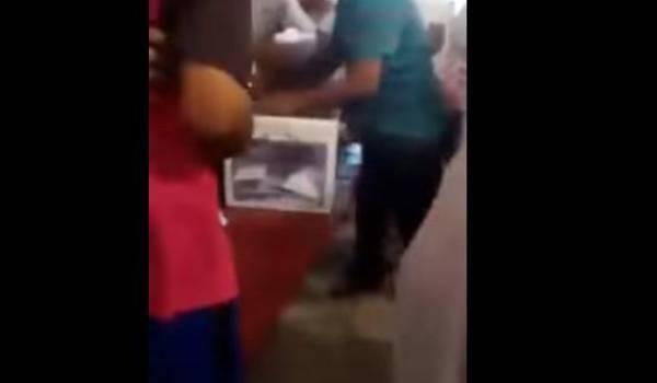 Bourrage de l'urne dans un bureau de vote à Ouargla ce jeudi, 4 mai 2017.
