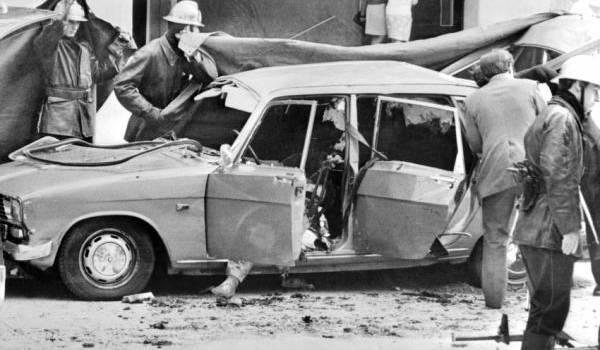 La voiture de Mohamed Boudia soufflée par l'explosion d'une bombe.