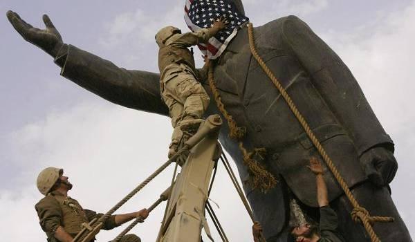 Les soldats américains à Bagdad devant la statue du dictateur.