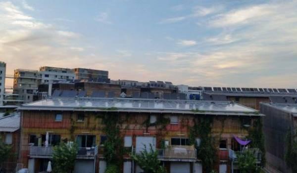 Un bâtiment à basse consommation avec panneaux solaires en toiture.