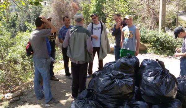 En Kabylie, l'organisation des villages permet des actions de volontariat sans recours aux communes.