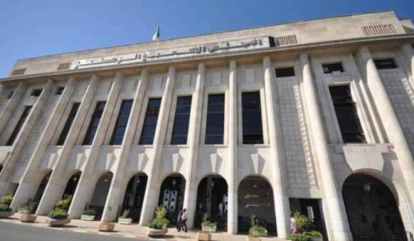 A l'APN, une députée FLN Khaira, Bounadja, a voulu interdire l'utilisation de tamazight.