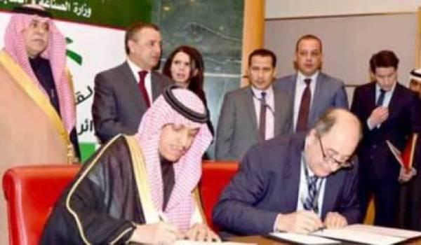 Photo prise lors de la signature du contrat.
