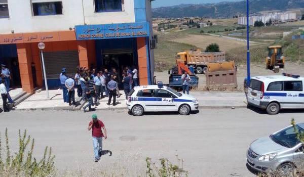 Des policiers devant le siège de Sonalgaz où des travailleurs faisaient grève.