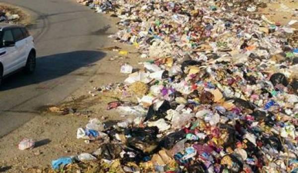 Des déchets sur une route de Sidi Aïch. Photo de Rachid Oulebsir.