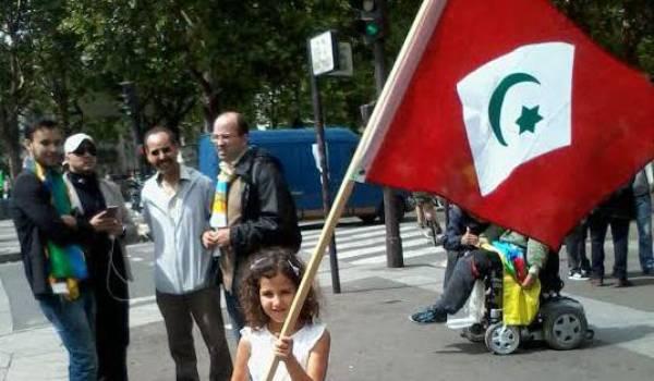 Une Rifaine portant le drapeau du Rif d'Abdelkrim Khattabi.