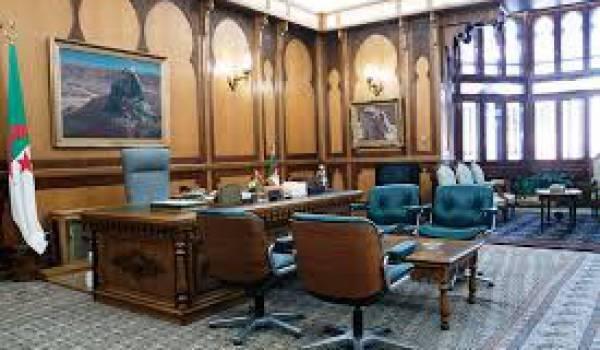 Le bureau du président à El Mouradia toujours vide.