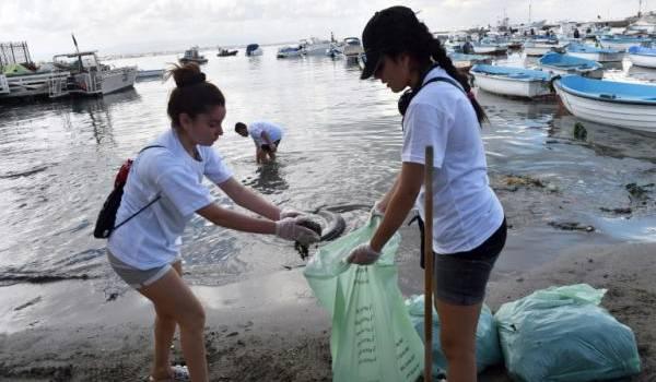 Action de citoyenneté de jeunes sur la plage de Tamentefoust.