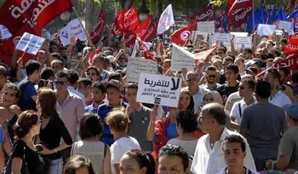 """La rue tunisienne a grondé contre une loi qui """"blanchit les corrompus""""."""
