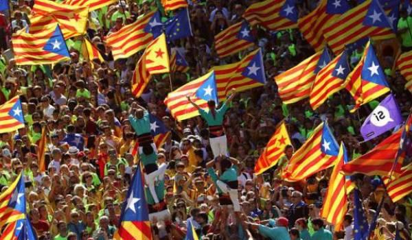 La rue catalane vent debout contre le chef du gouvernement espagnol.