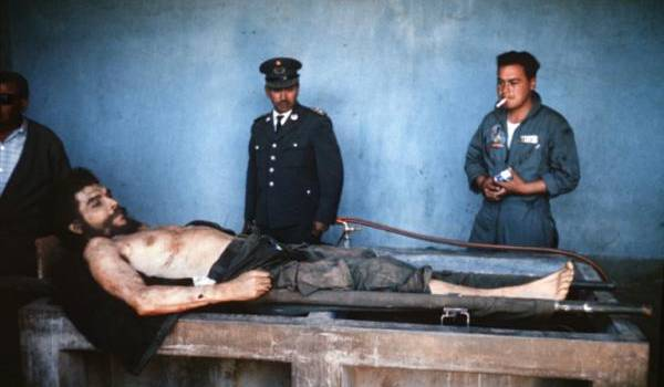 La dépouille du Che exposée au monde. Photo Archives AFP, prise le 10 octobre 1967 en Bolivie.