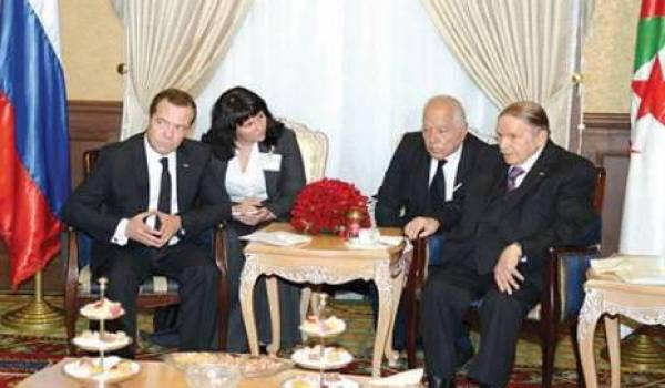 Bouteflika recevant le premier ministre russe Medvedev dans sa résidence médicalisée de Zéralda.
