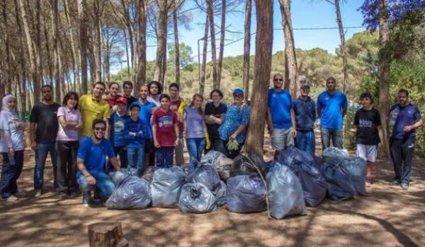 Des citoyens volontaires, organisés en dehors des structures officielles, engagés dans une action de protection de l'environnement.