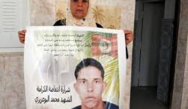 La mère de Bouazizi brandissant le portrait de son fils