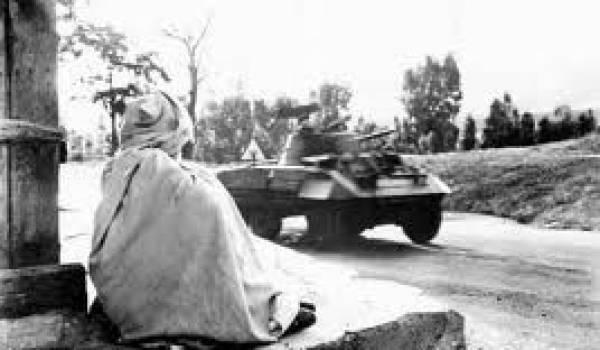 Dès les premiers mois du déclenchement de la guerre l'Armée française arrive en renfort aux Aurès et en Kabylie.