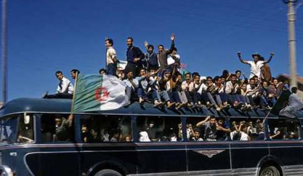 L'indépendance fêtée dans l'ivresse par le peuple algérien.