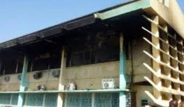 Le bâtiment a été ravagé par les flammes.