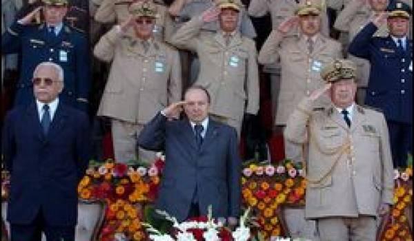 Le président Bouteflika préside les sorties de promotions militaires à Cherchell